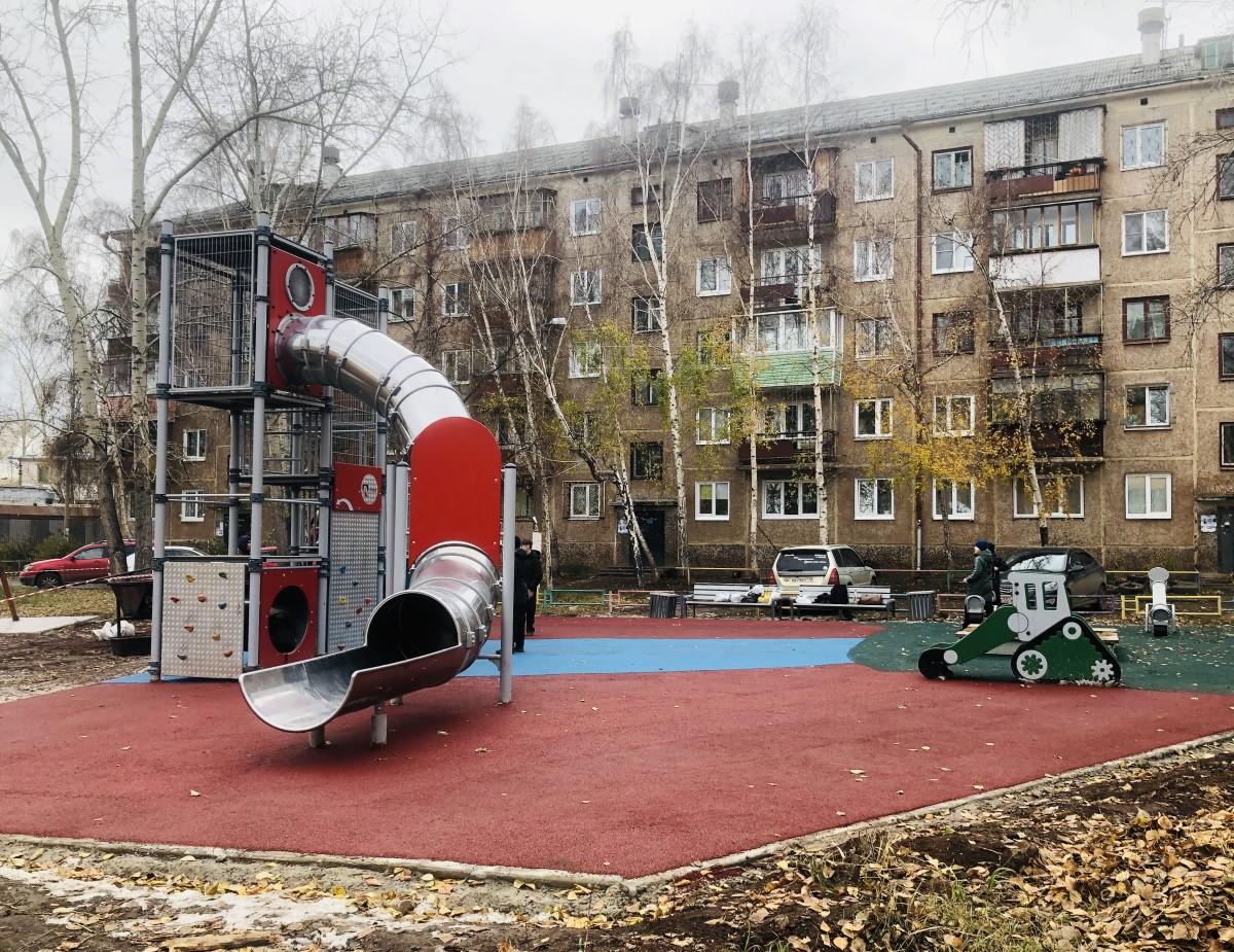 Новое покрытие появилось на детских площадках в Братске благодаря РУСАЛу