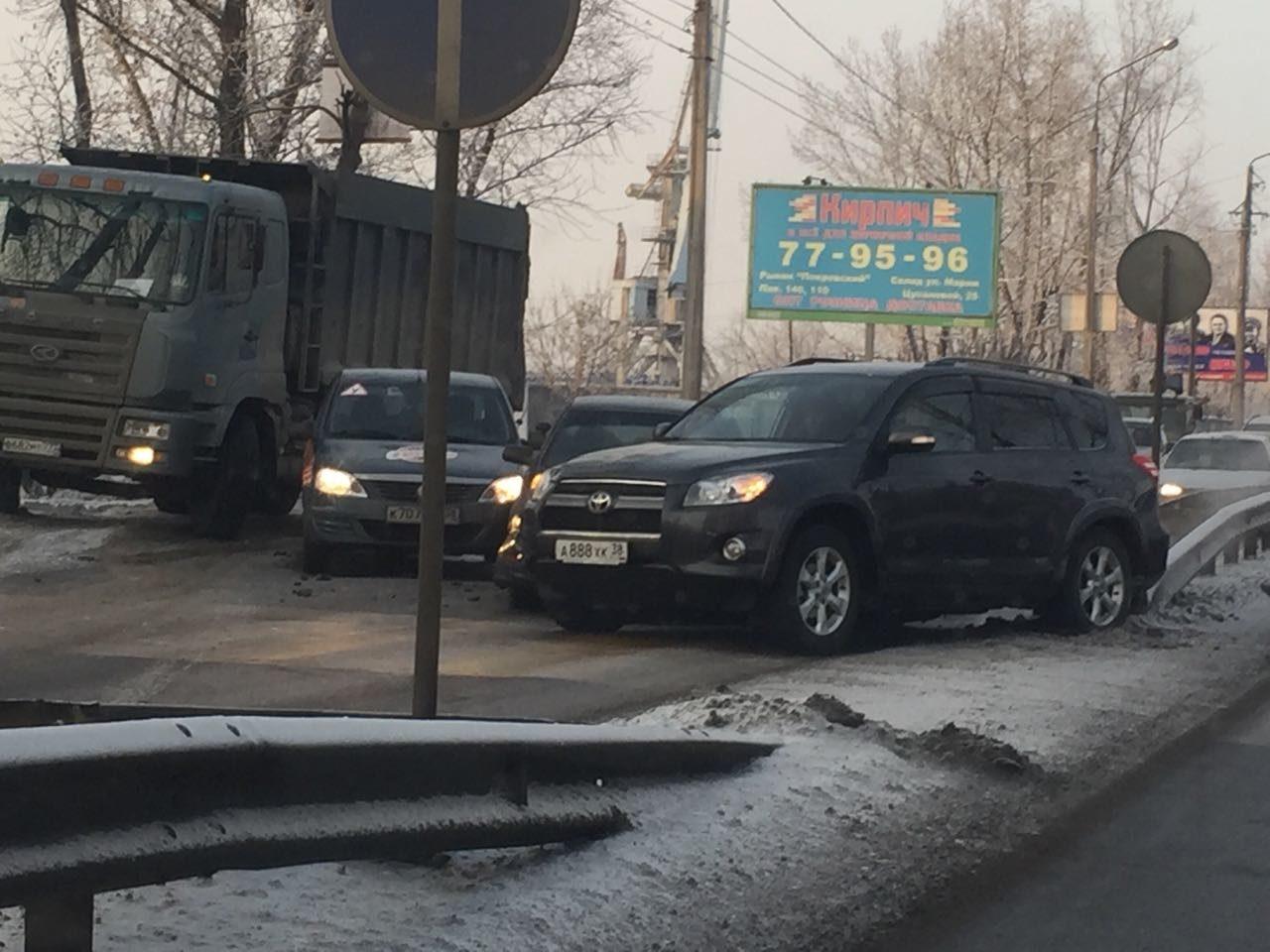 Две иномарки иавтомобиль автошколы столкнулись вИркутске