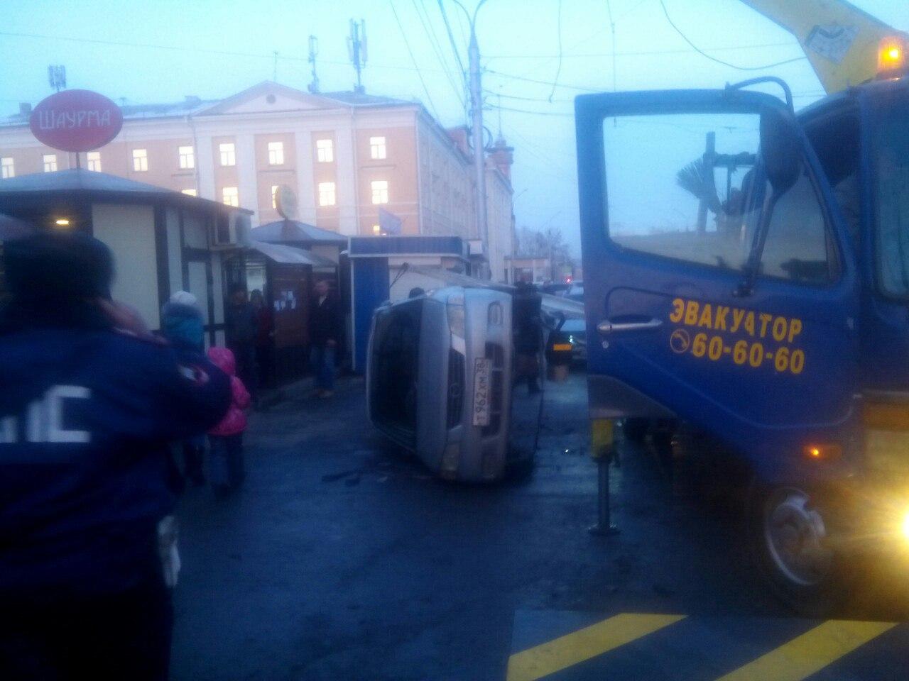 Эвакуаторщик опять уронил автомобиль вИркутске