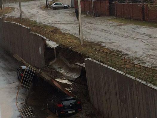 Вмикрорайоне Солнечный подпорная стенка рухнула наприпаркованные автомобили