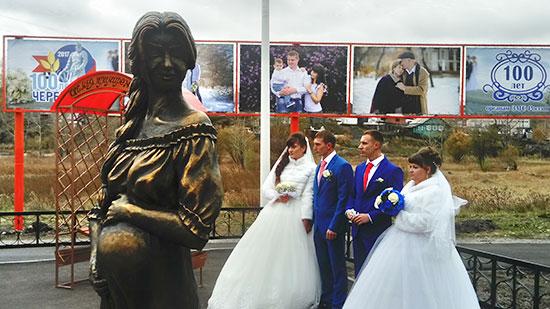 ВЧеремхово открыли семейный сквер соскульптурой беременной женщины