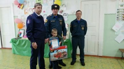 ВИркутске наградили спасшего впожаре сестренку ибрата первоклассника