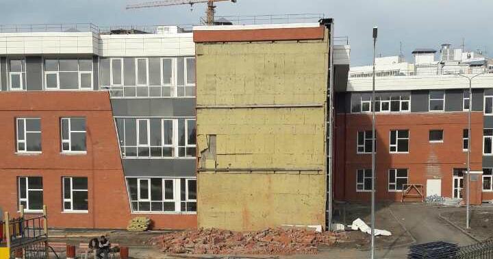 Разобрали умышленно: власти опровергли информацию обобрушении стены школы вИркутске